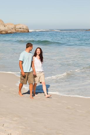Couple walking on the beachの写真素材 [FYI00484014]
