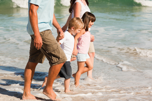 Family walking on the beachの素材 [FYI00484015]