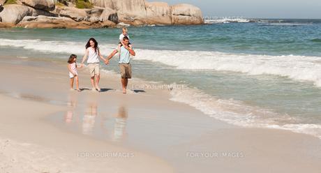 Joyful family at the beachの写真素材 [FYI00484016]