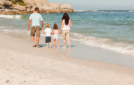 Family walking on the beachの素材 [FYI00484017]