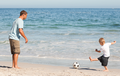 Father playing football with his sonの素材 [FYI00484019]