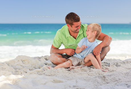 Happy father with his son at the beachの素材 [FYI00484023]
