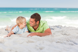 Happy father with his son at the beachの素材 [FYI00484024]