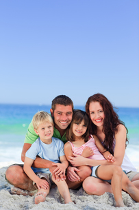 Portrait of a family at the beachの写真素材 [FYI00484025]
