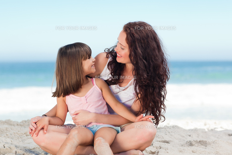 Little girl with her mother at the beachの素材 [FYI00484026]