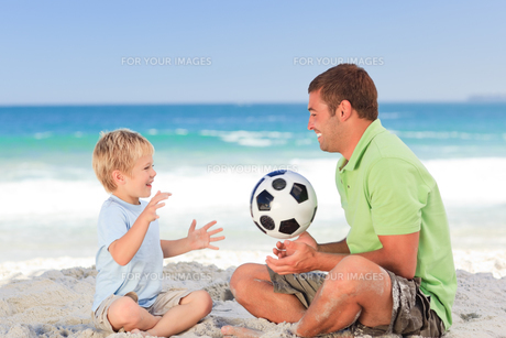 Happy father playing football with his sonの素材 [FYI00484027]