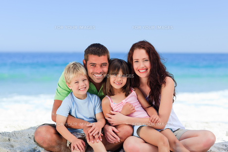 Portrait of a family at the beachの素材 [FYI00484028]