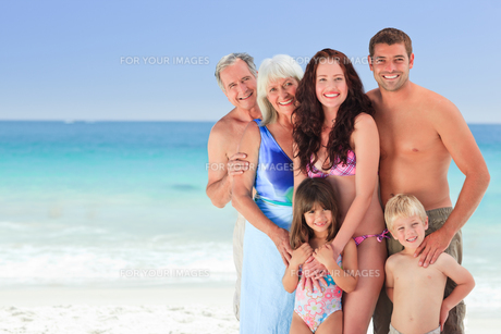 Portrait of a joyful family at the beachの写真素材 [FYI00484029]