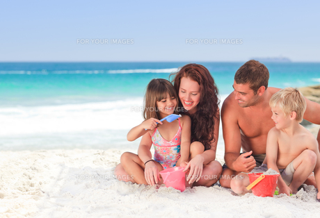 Portrait of a family at the beachの素材 [FYI00484030]