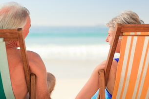 Elderly couple at the beachの写真素材 [FYI00484035]