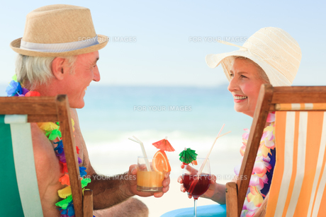 Happy senior couple drinking a cocktailの写真素材 [FYI00484037]