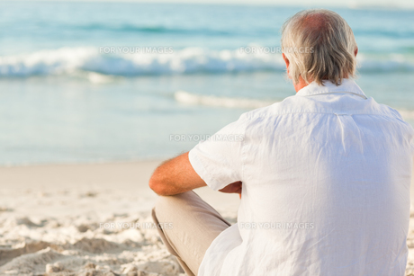 Man sitting on the beachの写真素材 [FYI00484038]