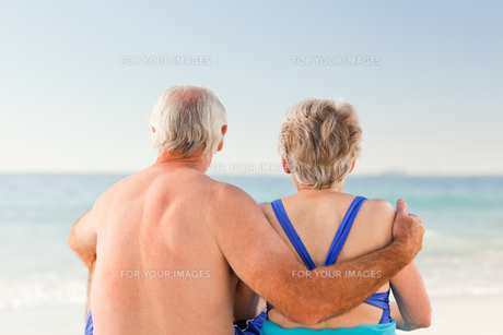 Couple looking at the seaの素材 [FYI00484040]