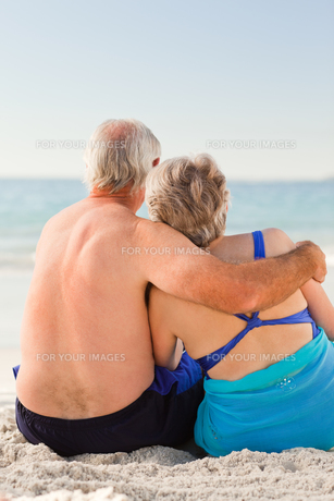 Couple looking at the seaの素材 [FYI00484041]