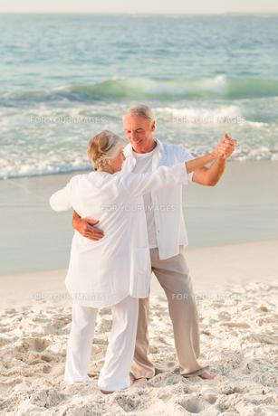 Elderly couple dancing on the beachの写真素材 [FYI00484042]