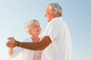 Senior couple dancing on the beachの写真素材 [FYI00484046]