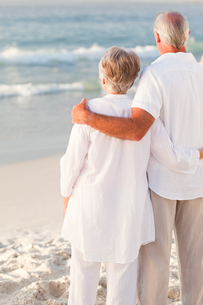 Man hugging his wife on the beachの写真素材 [FYI00484047]