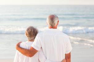 Man hugging his wife on the beachの写真素材 [FYI00484048]