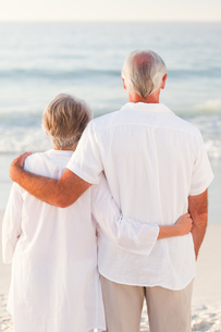 Man hugging his wife on the beachの写真素材 [FYI00484050]