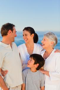Happy family on the beachの写真素材 [FYI00484055]