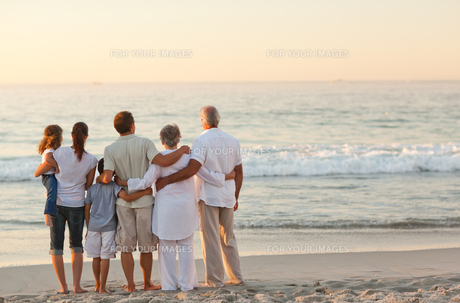 Beautiful family at the beachの写真素材 [FYI00484056]