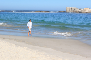 Man walking on the beachの写真素材 [FYI00484057]