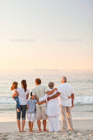 Beautiful family at the beachの写真素材 [FYI00484058]