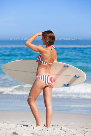 Woman with her surfboardの写真素材 [FYI00484062]