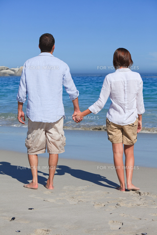 Enamored couple looking at the seaの写真素材 [FYI00484063]