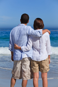 Enamored couple looking at the seaの写真素材 [FYI00484064]
