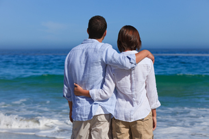 Enamored couple looking at the seaの素材 [FYI00484066]