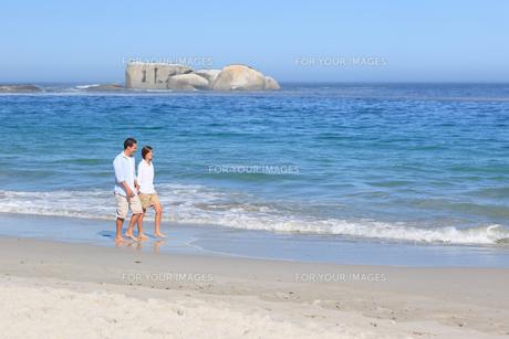 Couple walking on the beachの素材 [FYI00484067]