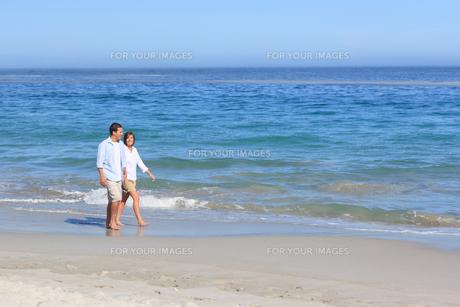 Couple walking on the beachの写真素材 [FYI00484068]