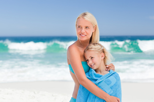 Mother with her daughter in her towelの素材 [FYI00484070]