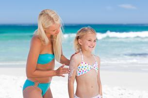 Mother applying sun cream on her daughterの写真素材 [FYI00484072]