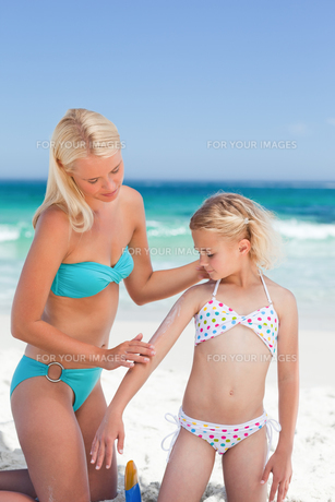 Mother applying sun cream on her daughterの素材 [FYI00484073]