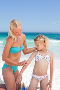 Mother applying sun cream on her daughterの写真素材 [FYI00484073]