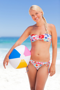 Woman with her ball on the beachの写真素材 [FYI00484074]