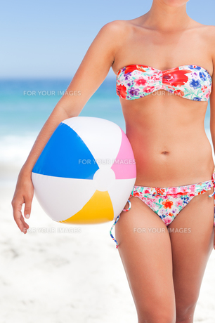 Woman with her ball on the beachの素材 [FYI00484076]