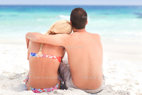 Man hugging his girlfriend while they are looking at the seaの写真素材 [FYI00484077]