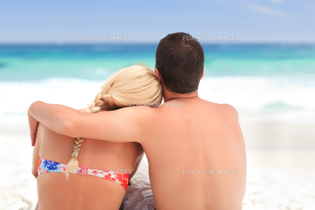 Man hugging his girlfriend while they are looking at the seaの写真素材 [FYI00484078]