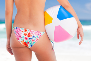 Woman with her ball on the beachの写真素材 [FYI00484080]