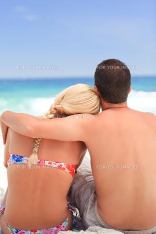Man hugging his girlfriendの素材 [FYI00484081]