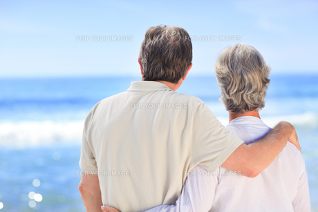 Senior couple looking at the seaの写真素材 [FYI00484082]