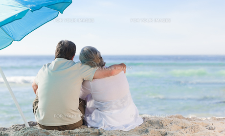 Senior couple looking at the seaの写真素材 [FYI00484083]