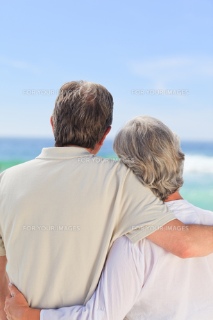 Senior couple looking at the seaの写真素材 [FYI00484084]