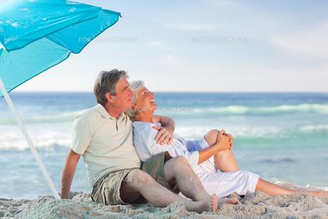 Mature couple on the beachの写真素材 [FYI00484085]