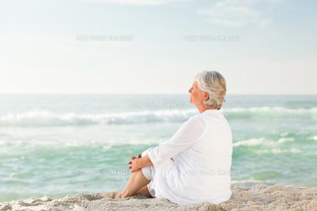 Woman sitting on the beachの素材 [FYI00484091]