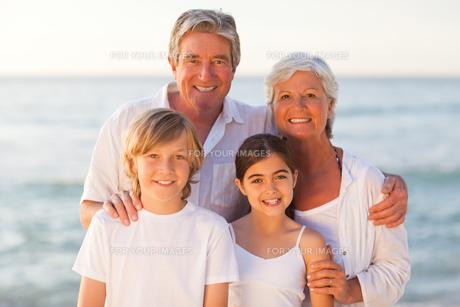 Portrait of a happy familyの写真素材 [FYI00484100]
