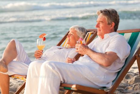 Retired couple drinking a cocktailの写真素材 [FYI00484101]